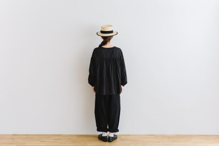 gather pull over blouse  black 4