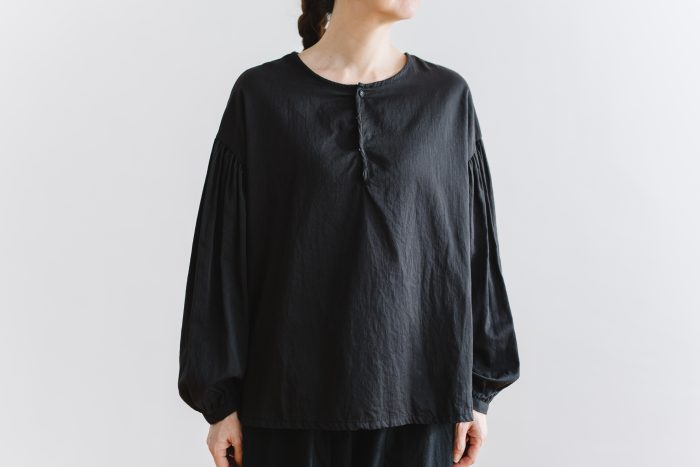 gather pull over blouse  black 1