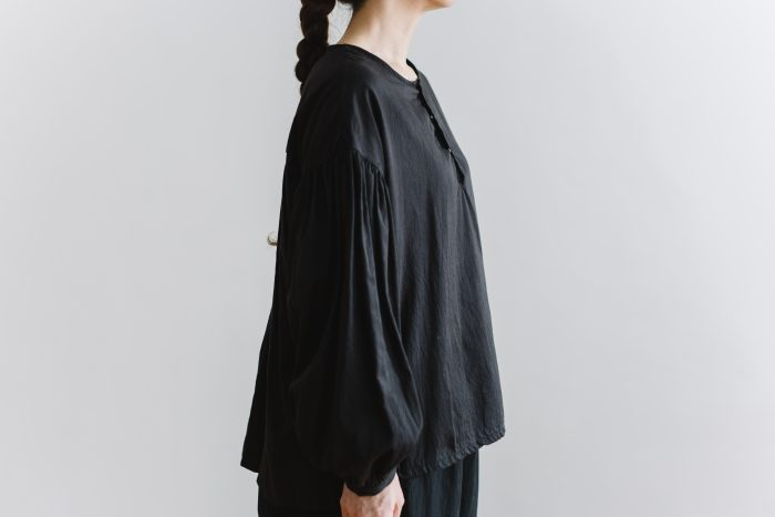 gather pull over blouse  black 2